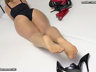Waiting for her footworshippe
