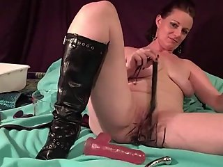 Sexy MilF Fucking her right pussy