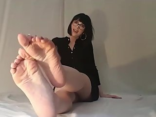 Camilla Tootsie removes tights and gives feet joi